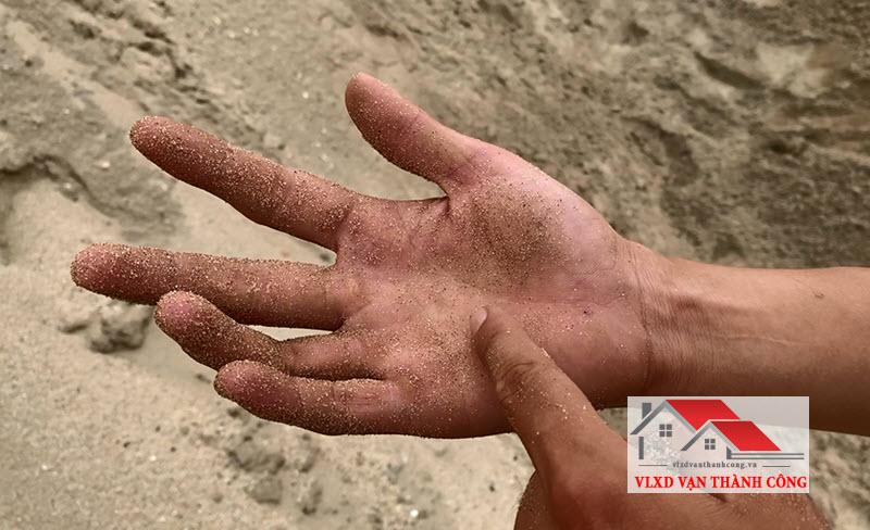 Cách nhận biết cát sạch bằng tay