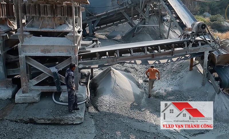Sản xuất đá mi qua nhiều công đoạn và bằng máy móc hiện đại