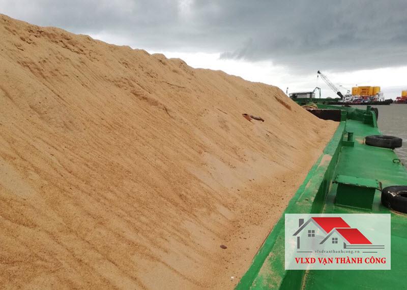 Xà lan chở cát xây dựng